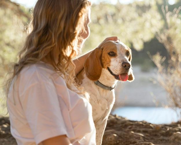 Właścicielka głaszcze swojego psa
