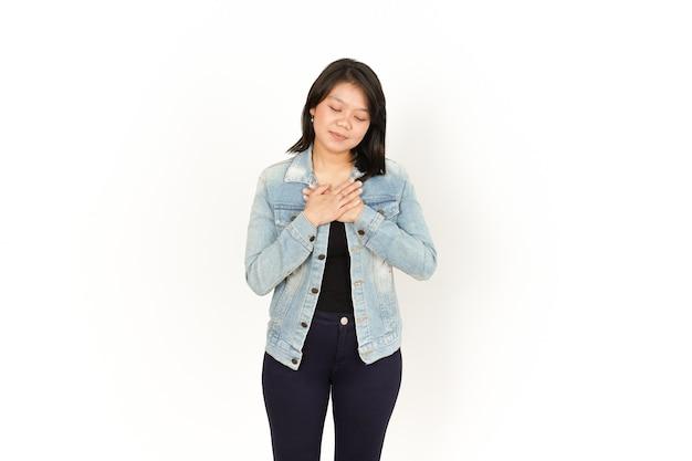 Własna miłość i wdzięczność za piękną azjatkę ubraną w dżinsową kurtkę i czarną koszulę