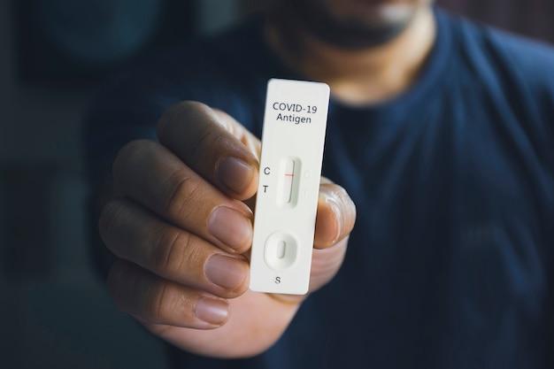 Własna ręka pokazująca negatywny wynik testu na covid-19 z zestawem sars cov-2 rapid antygen test (atk), koncepcja ochrony przed zakażeniem koronawirusem