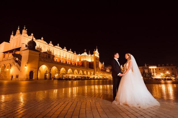 Właśnie małżeństwem nocny spacer po mieście