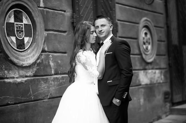 Właśnie małżeństwo w topolowym tle