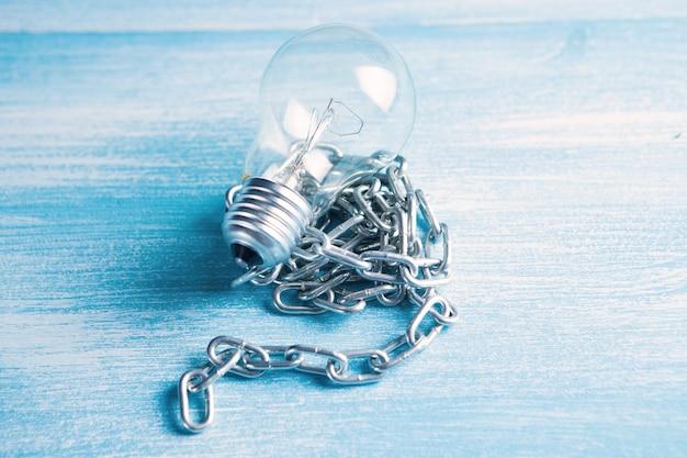 Własność intelektualna. żarówka z łańcuszkiem