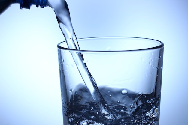 Wlej wodę do szklanki