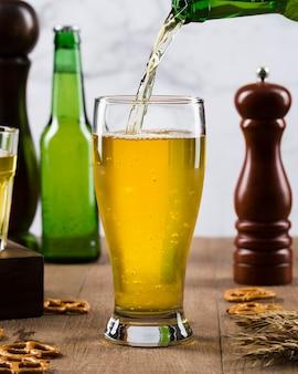 Wlewając piwo do szklanki