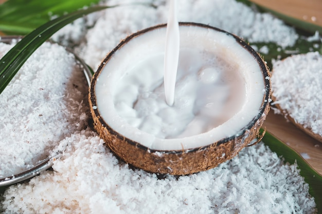 Wlewając świeże mleko kokosowe na miskę