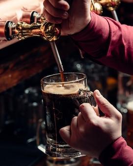 Wlewając świeże piwo