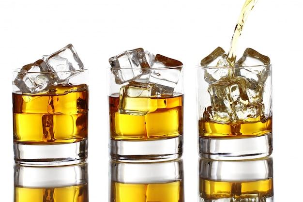 Wlewając whisky do szklanki