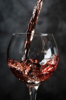 Wlewając wino do kieliszka