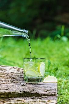 Wlewając wodę do szklanki