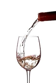 Wlewanie białego wina do kieliszka