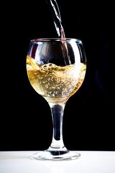 Wlewanie białego wina