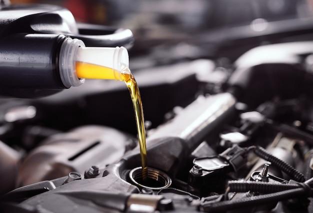 Wlewanie oleju silnikowego do silnika samochodowego.