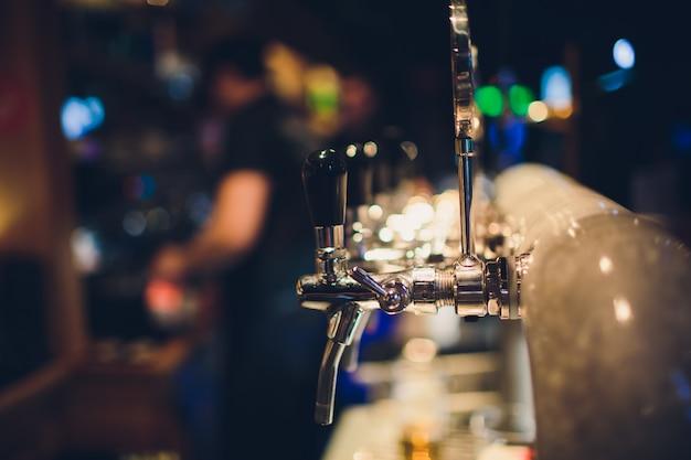 Wlewanie piwa do szklanki.