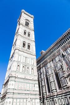 Włochy, florencja. słynny punkt orientacyjny campanile di giotto, w pobliżu duomo di firenze
