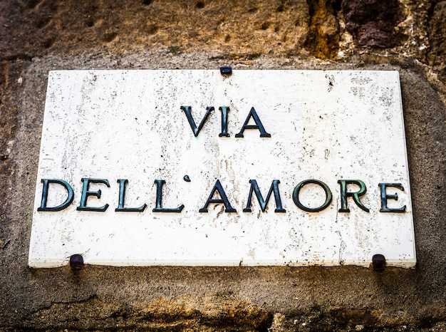 Włochy - miasto pienza. znak ulicy via dell'amore (ulica miłości)