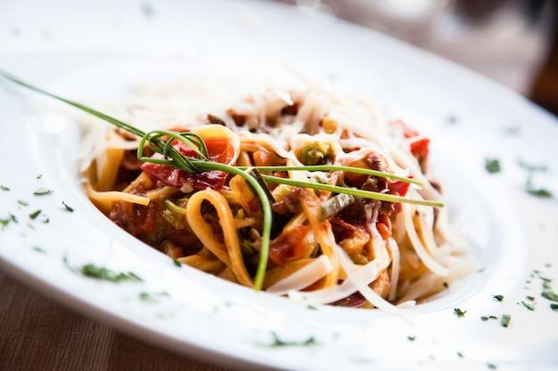 Włochy, najlepsza restauracja we florencji. przykład makaronu fettuccine podawanego przy stole, bez zdjęcia studyjnego
