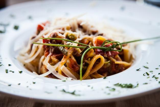 Włochy, Najlepsza Restauracja We Florencji. Przykład Makaronu Fettuccine Podawanego Przy Stole, Bez Zdjęcia Studyjnego Premium Zdjęcia