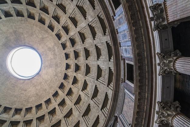 Włochy, rzym, styczeń 2018 - wnętrze panteonu w rzymie. starożytna rzymska świątynia