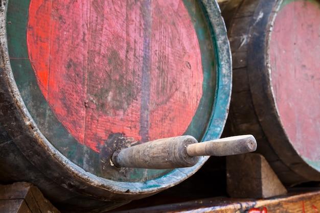 Włochy - stary kran na beczce wina barbera, region piemont