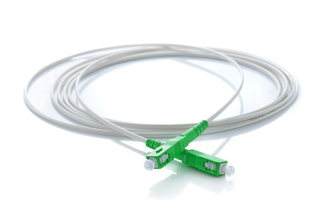 Włókno światłowodowe kabel na białym tle