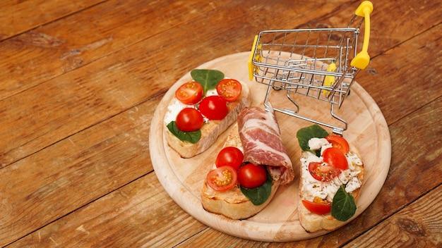 Włoska bruschetta na drewnianej desce sklep koszyk składników na zakupy