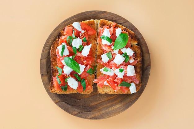 Włoska bruschetta z pomidorami, mozzarellą i bazylią