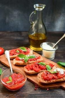 Włoska bruschetta z pomidorami, oliwą z oliwek, zieloną pietruszką i różowym pieprzem.