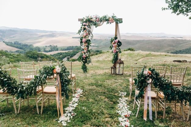 Włoska dekoracja ślubna. zielony eukaliptus, pomarańcze i różowy f