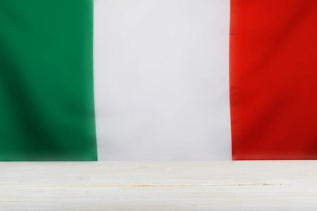 Włoska flaga i drewniany panel. wolne miejsce na tekst