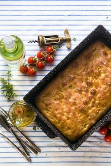 Włoska focaccia i grillowane warzywa na stole z czerwonym winem i aromatycznymi ziołami. menu letnie