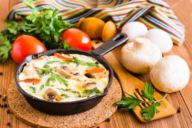 Włoska frittata i składniki do pieczenia