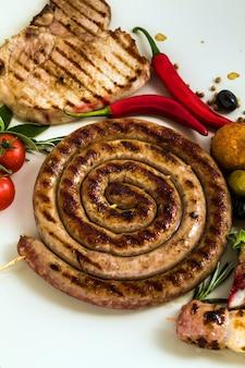 Włoska kiełbasa z grilla. klasyczne letnie jedzenie śródziemnomorskie
