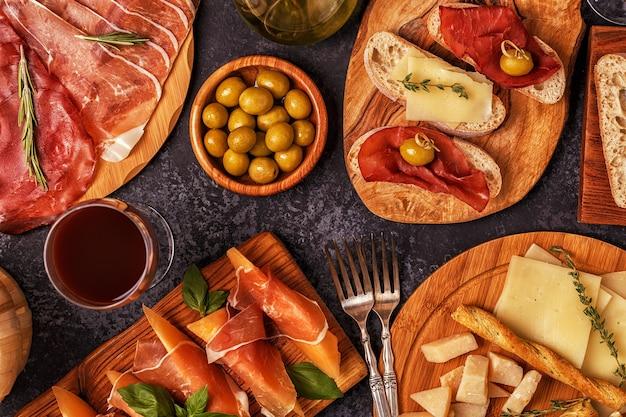Włoska kuchnia z szynką, serem, oliwkami, pieczywem, winem.