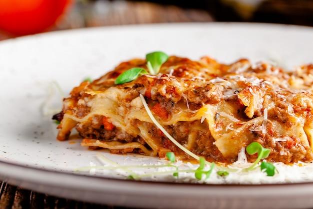 Włoska lasagne z mięsem mielonym.