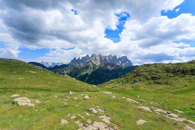 """Włoska panorama """"dolomiti"""" ze szczytu góry. piesze wycieczki i na świeżym powietrzu. słynne włoskie szczyty"""