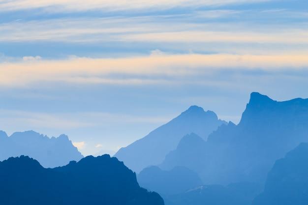 """Włoska panorama górska o świcie. szczyty """"pale di san martino"""". sport i outdoor"""