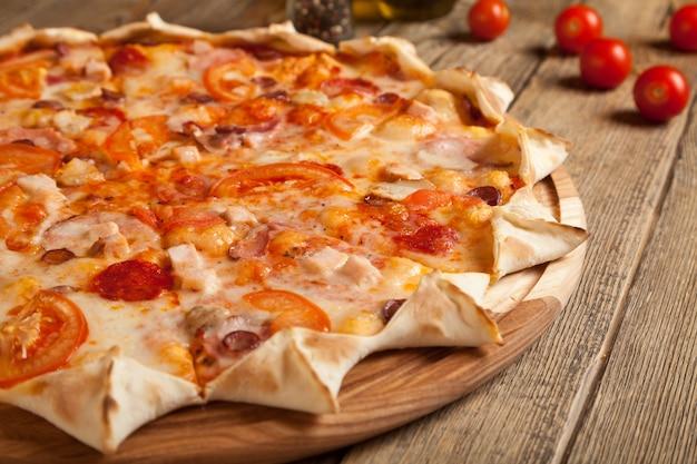 Włoska pizza bawarska na drewnianym stole