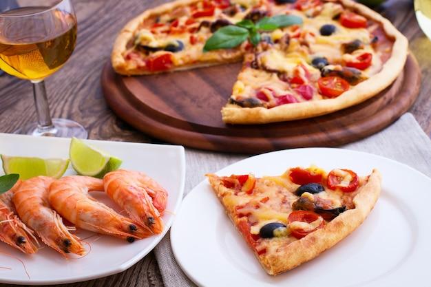 Włoska pizza i garnele na drewnianym stole