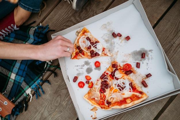 Włoska pizza. koncepcja fast foodów. zdrowy styl życia. masa ciała i sprawność