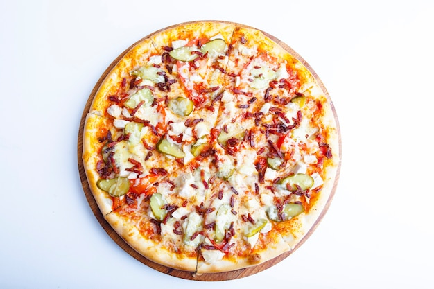 Włoska pizza na białym talerzu i białym talerzu