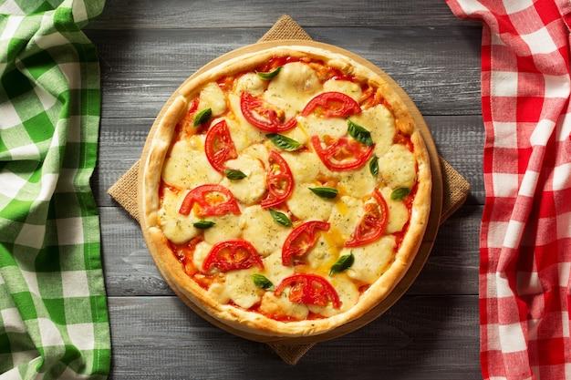 Włoska pizza na drewnianym stole