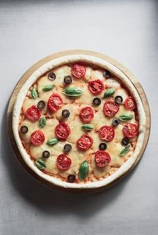 Włoska pizza na powierzchni stołu