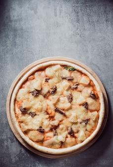Włoska pizza przy stole
