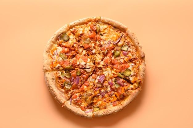 Włoska pizza wegańska z pomidorem, ogórkiem, cebulą, mozzarellą, sosem