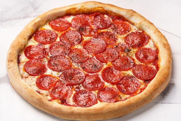 Włoska pizza z sosem pomidorowym pepperoni ser mozzarella