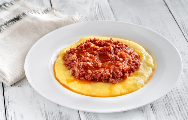 Włoska polenta bolognese na talerzu