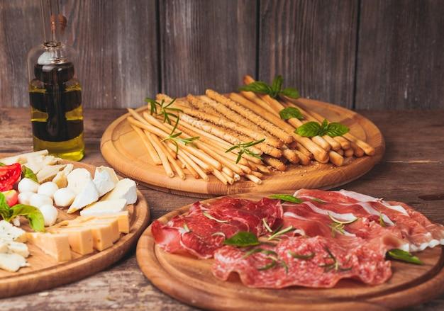 Włoska przystawka - różne rodzaje szynki, sera i grissini