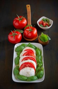 Włoska sałatka caprese z mozzarellą bawolą, pomidorem i bazylią z oliwą z oliwek