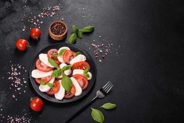 Włoska sałatka caprese z plastrami pomidorów, serem mozzarella, bazylią, oliwą