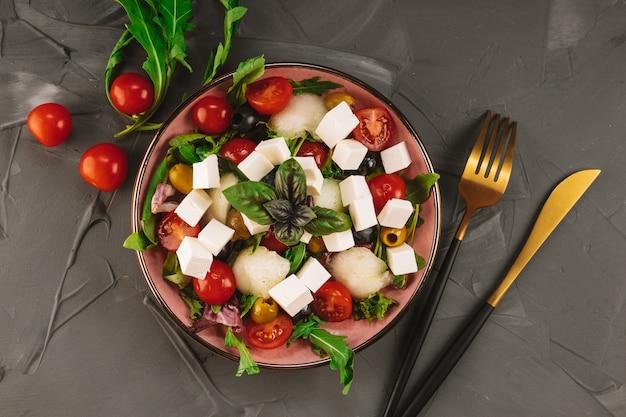 Włoska sałatka z serem feta, bazylią, melonem i warzywami
